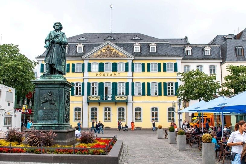 ゲーテ・インスティテュート ボンのベートーベンの銅像と郵便局
