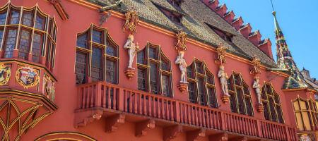 大学季節コース フライブルクの赤い建造物