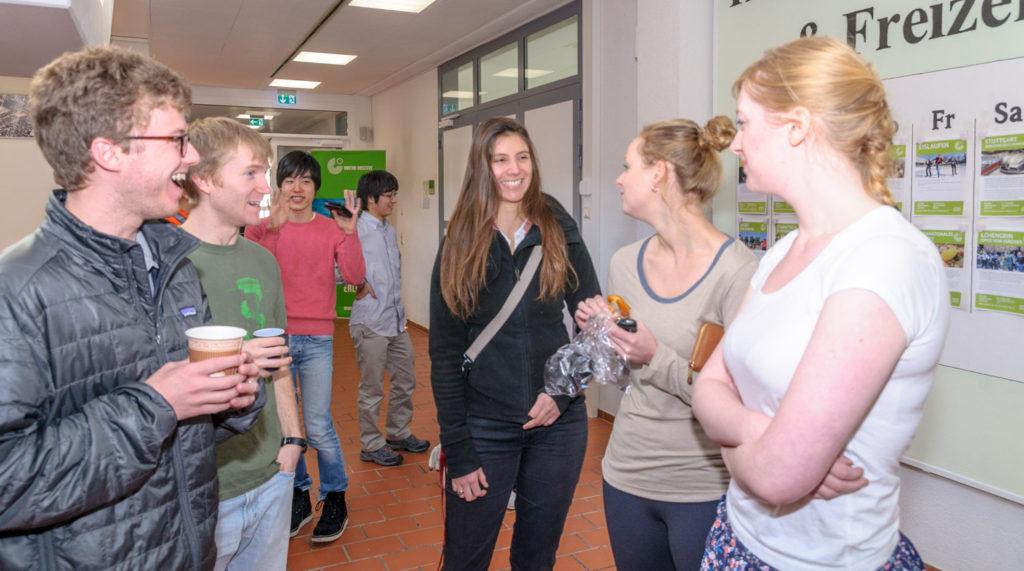 ゲーテ・インスティテュート の休憩時間に廊下で談笑する生徒達