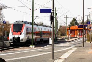 会社案内 無人の鉄道の駅と電車