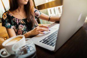 ドイツ ワーキングホリデー ビザ ノートパソコンを操る若い女性