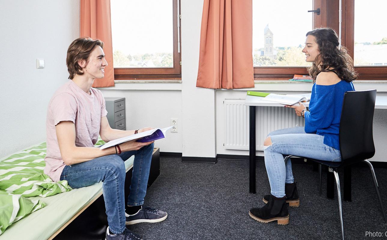 学生寮ベットで談笑する生徒