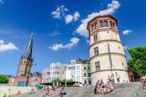 青空に映える監視塔と教会