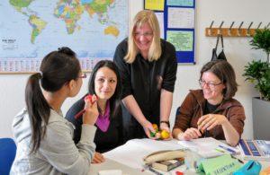 ゲーテ・インスティテュート デュッセルドルフ 授業中の講師と女性徒達