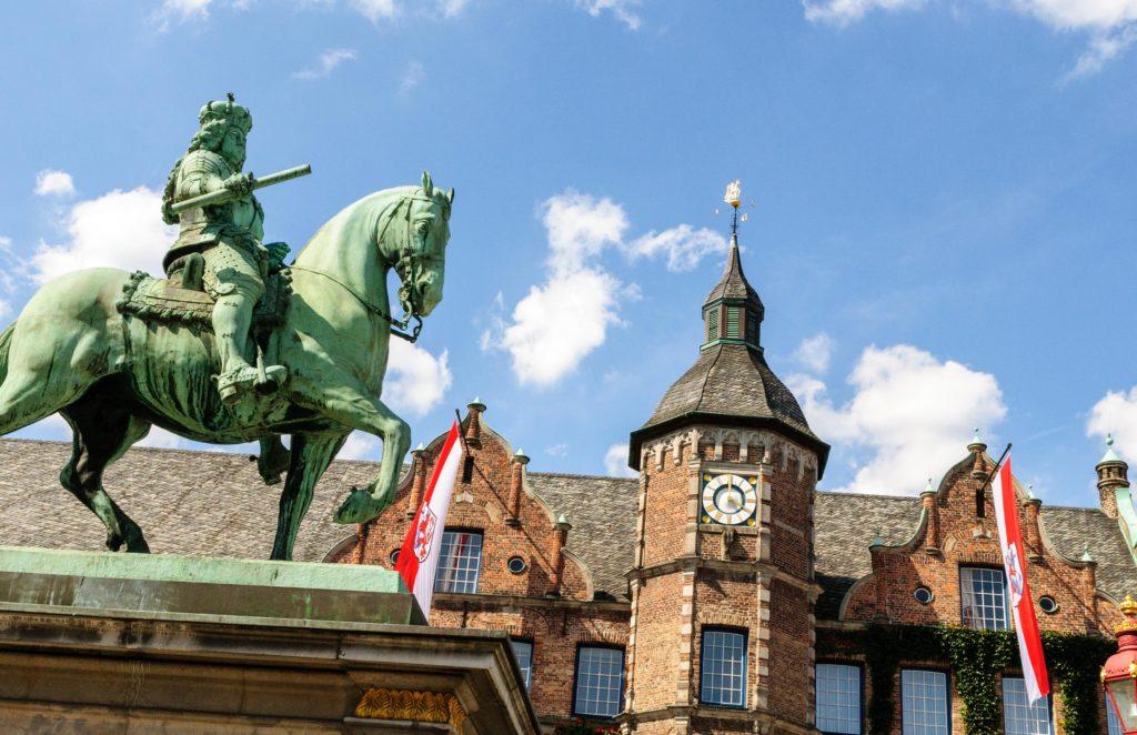 ゲーテ・インスティテュート デュッセルドルフ 市庁舎と銅像