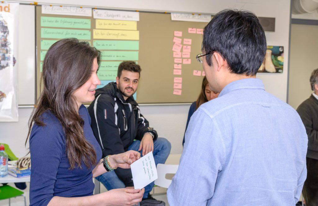 ゲーテ・インスティテュート フライブルク 会話の練習をする生徒