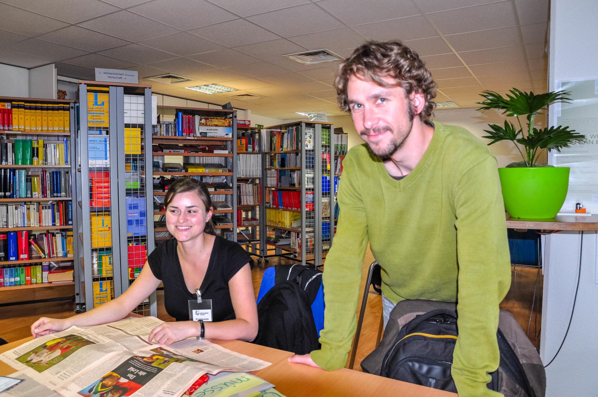 ゲーテ・インスティテュート デュッセルドルフ 新聞を読む生徒