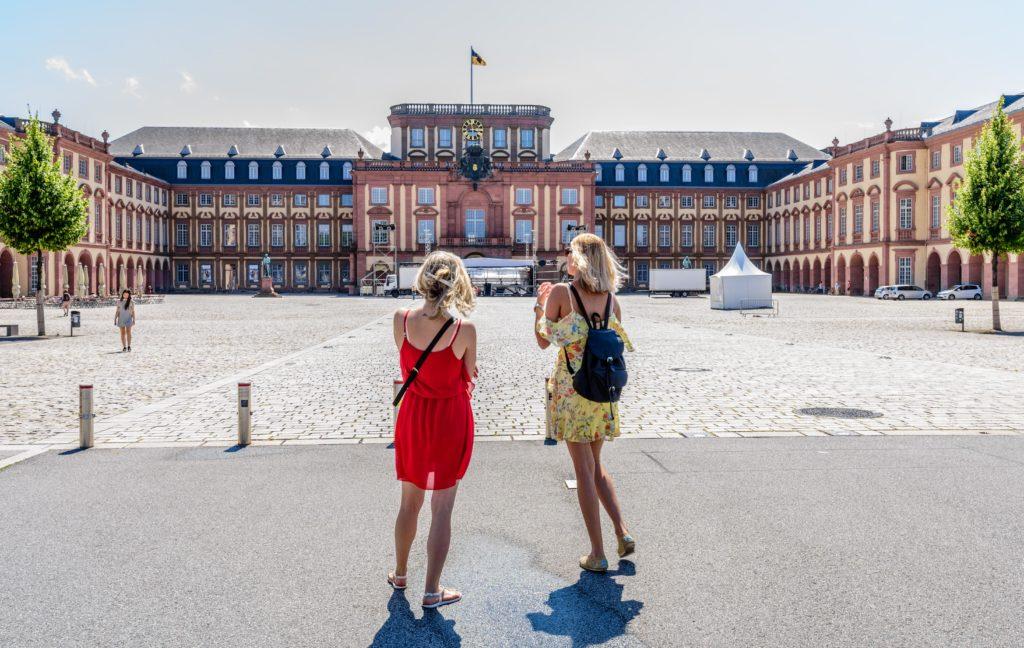 マンハイム城と二人の女性