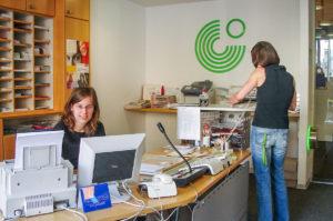 ゲーテ・インスティテュート ミュンヘン 受付で働く二人の女性