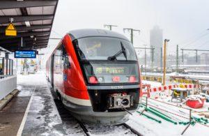 ゲーテ・インスティテュート ミュンヘン 雪の駅で出発前の電車