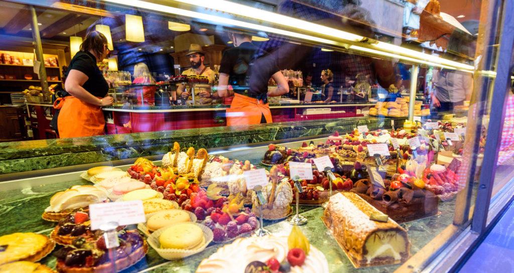 ケーキ屋のショーウンドウに並ぶケーキ