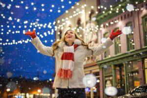 クリスマス照明と女性