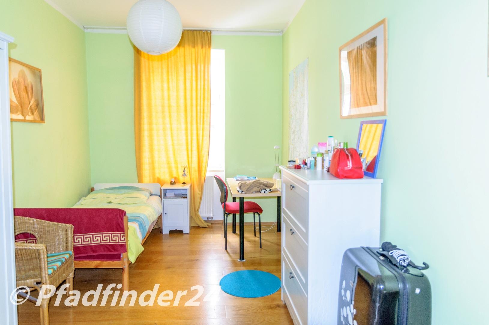 学生寮の部屋、ベット、椅子、机、衣装棚