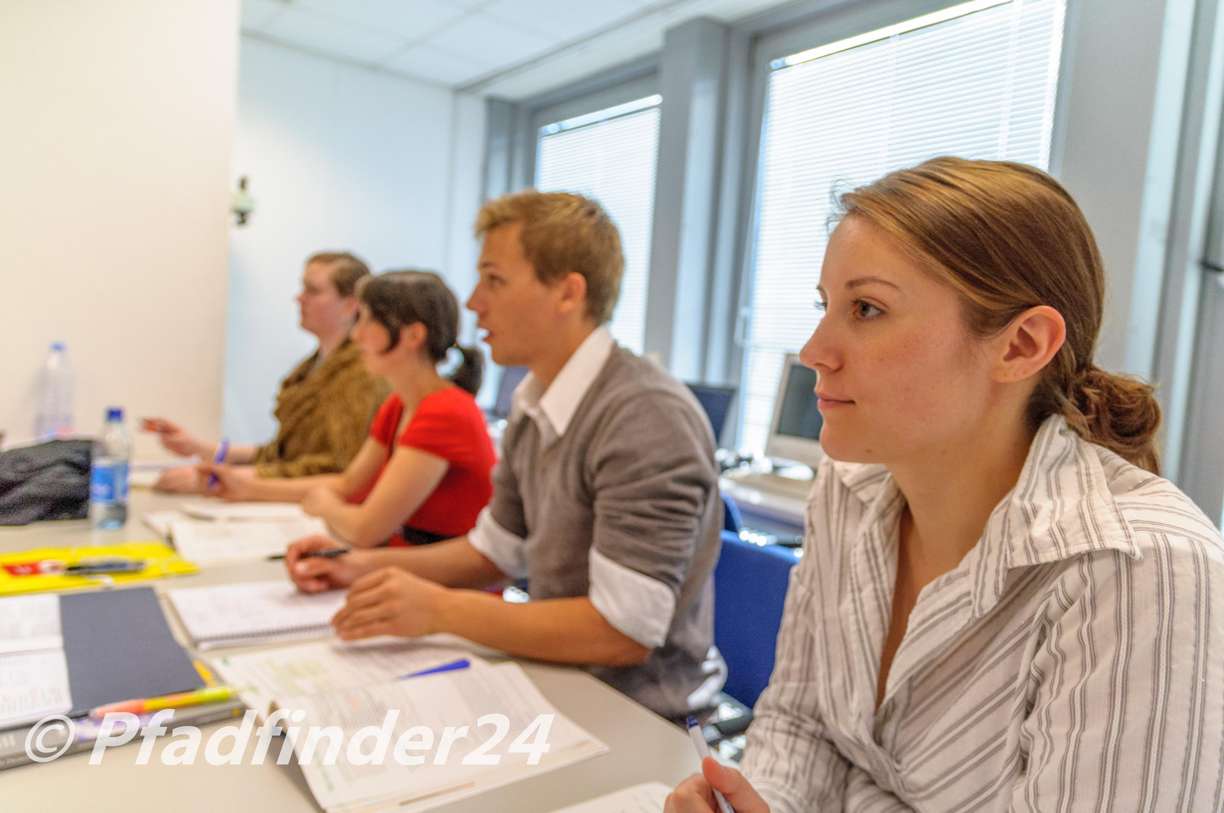 カール デユーイスベルク センター ケルン ドイツ語レッスン中の生徒