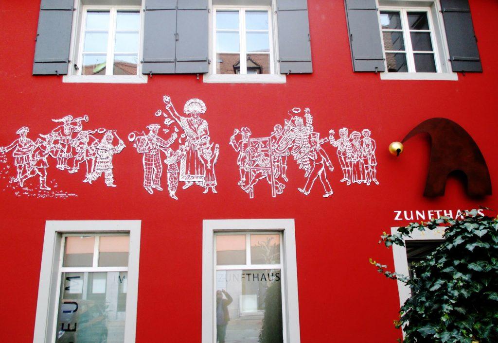 赤い塗装の家