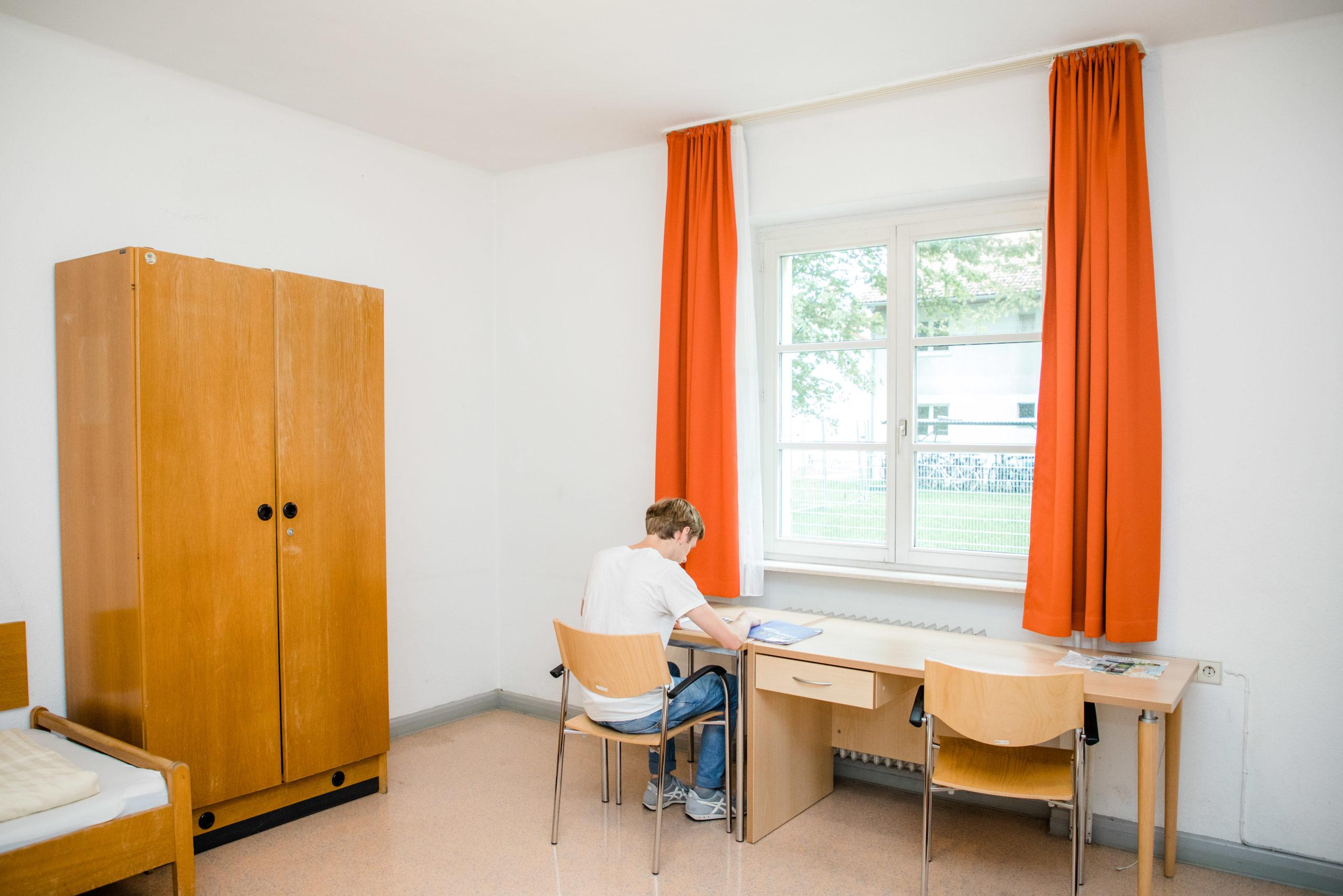 部屋で学ぶ生徒