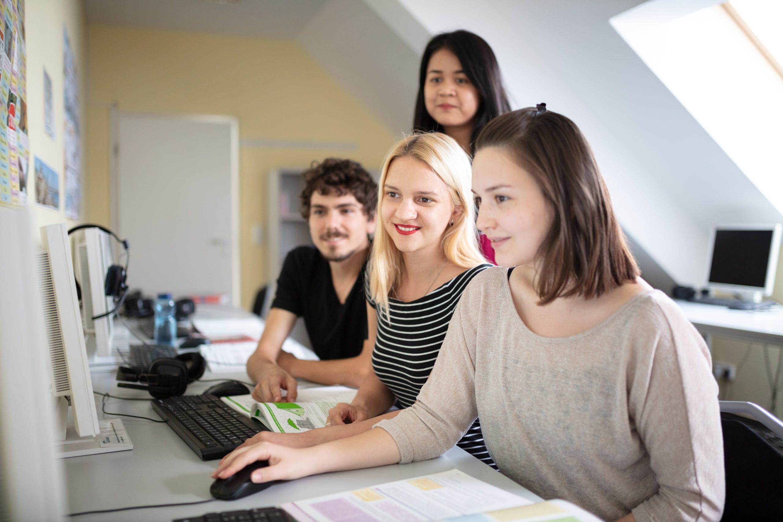 パソコンの前に集まっている生徒