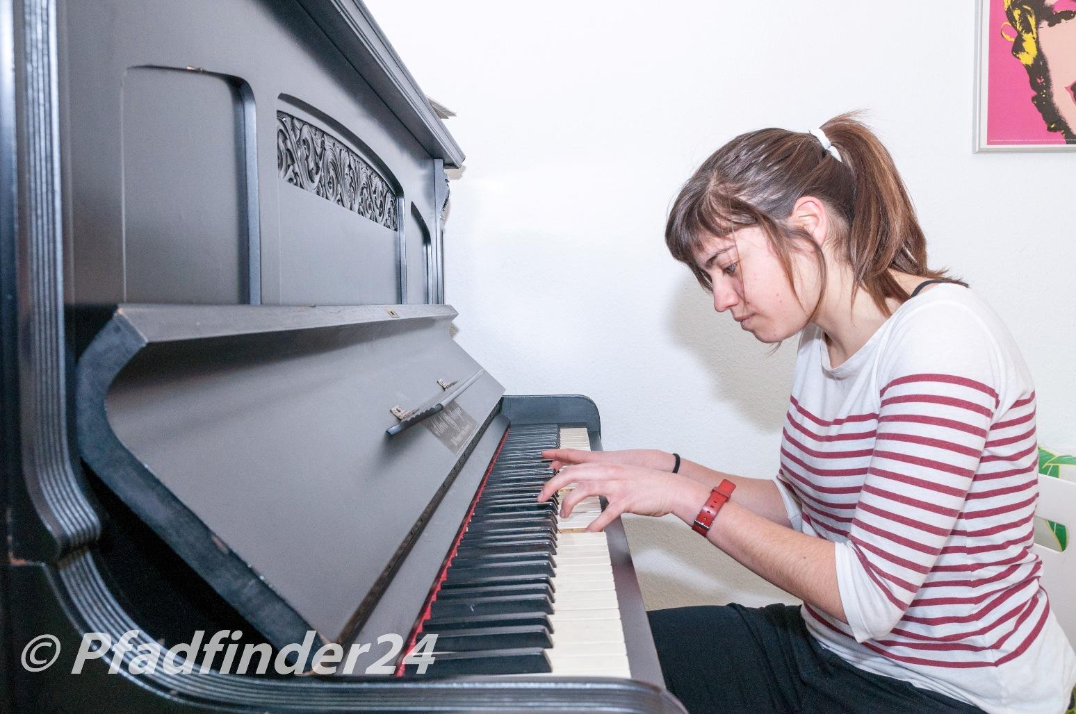 ピアノを練習する生徒