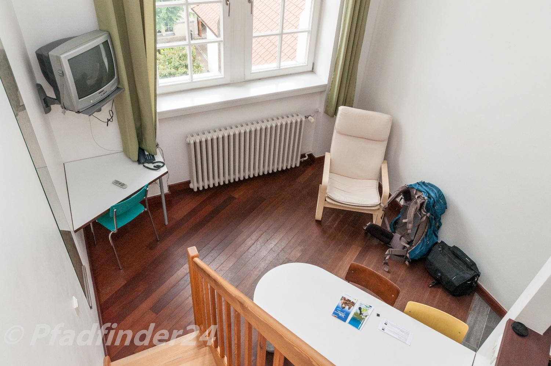 学生寮のベット、テレビ、机、いす