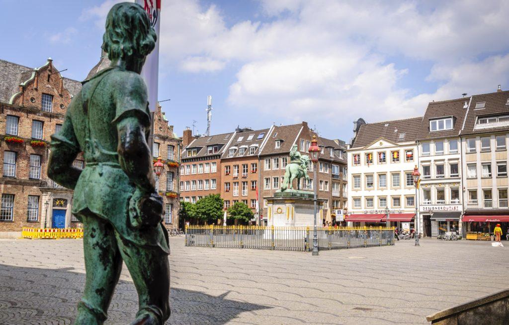 銅像と街並み