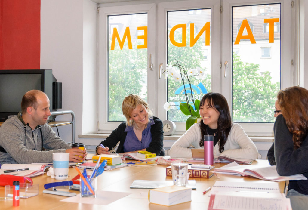 タンデム ミュンヘン 授業を受ける女生徒