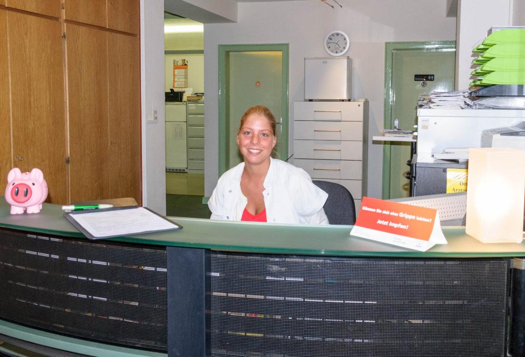 診療所の受付のドイツ人女性