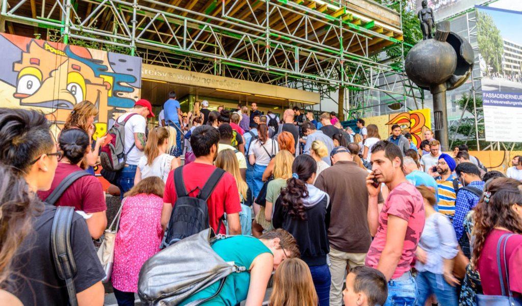 外人局前で開館を待つ多くの外国人