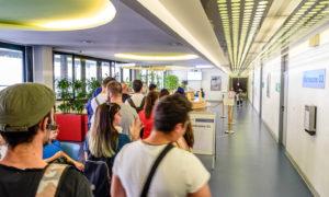 ドイツの滞在ビザ ミュンヘンの外人局内部で順番を待つ列