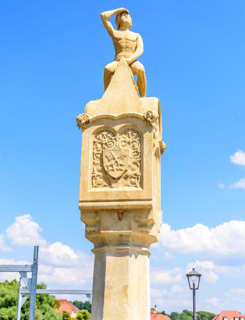 小さな男の石像