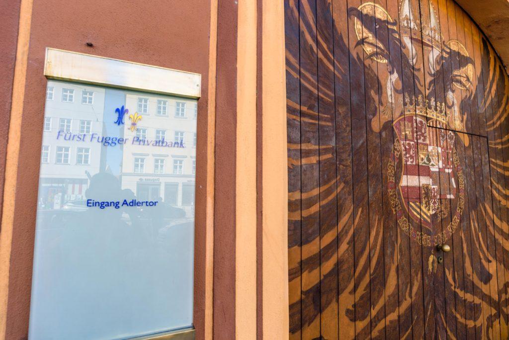 フッガー銀行の入り口の双頭の鷲の紋章