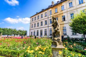 薔薇園とネプチューン石像