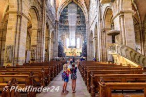 ドーム 教会の中の二人の少女