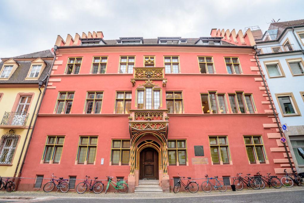 真っ赤に塗られたクジラの家