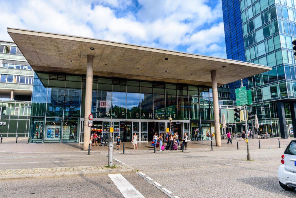 ガラス張りのモダンな中央駅