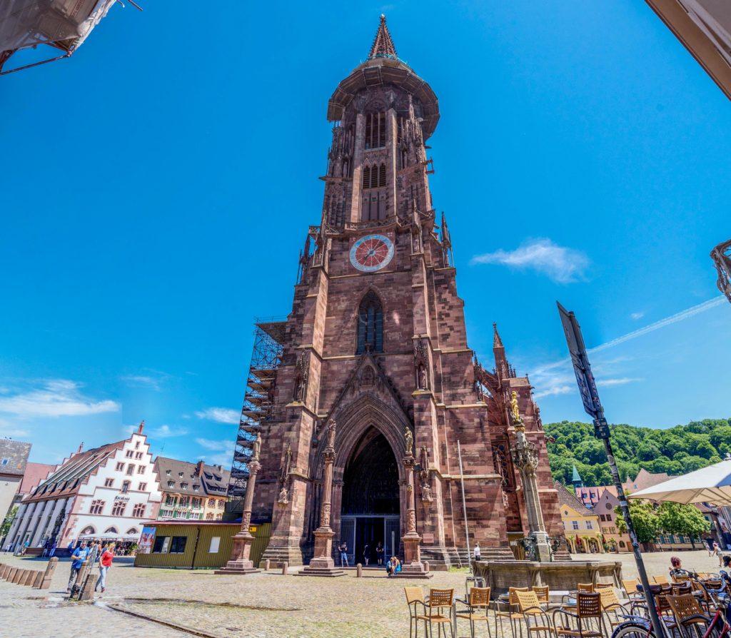 青空に映える大きな教会塔