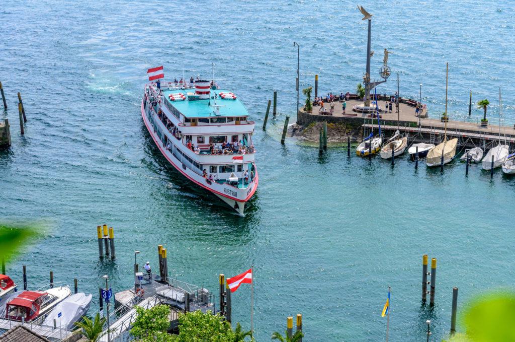 入港する大型観光船