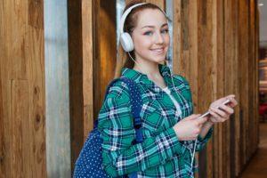 ドイツの大学に正規留学 アイポットで音楽を聴く女学生