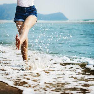 砂浜で遊ぶ女性