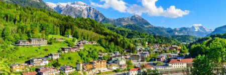 ドイツの観光名所 ベルヒテスガーデンの山の斜面と雪山