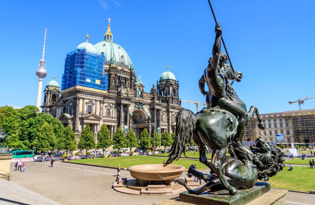 銅像とベルリンドーム