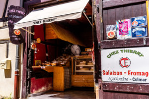 エギスハイムのチーズとサラミを売る店