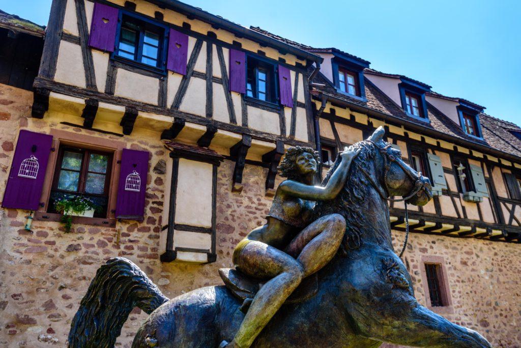 馬に乗る女性の銅像