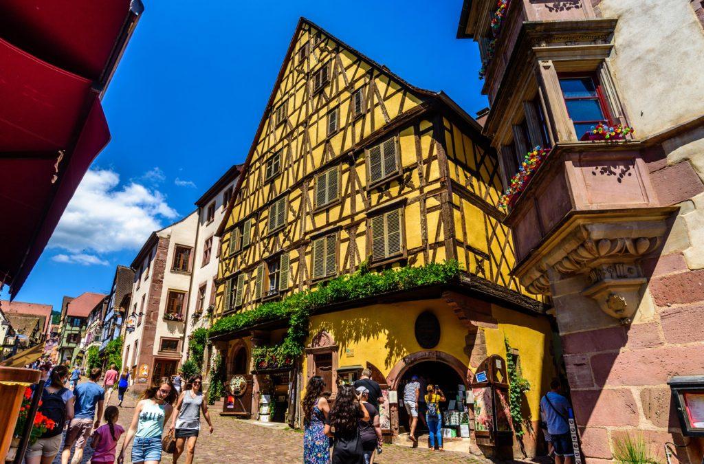 メイン通りと見事な黄色い骸骨屋敷