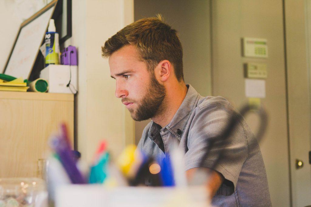 ドイツ就職サポート オフィスで働く男性