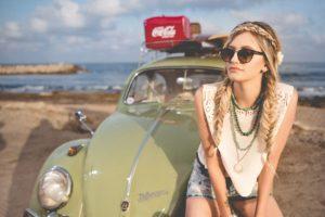 留学保険 プロトリップ ワールド 若い女性と自動車