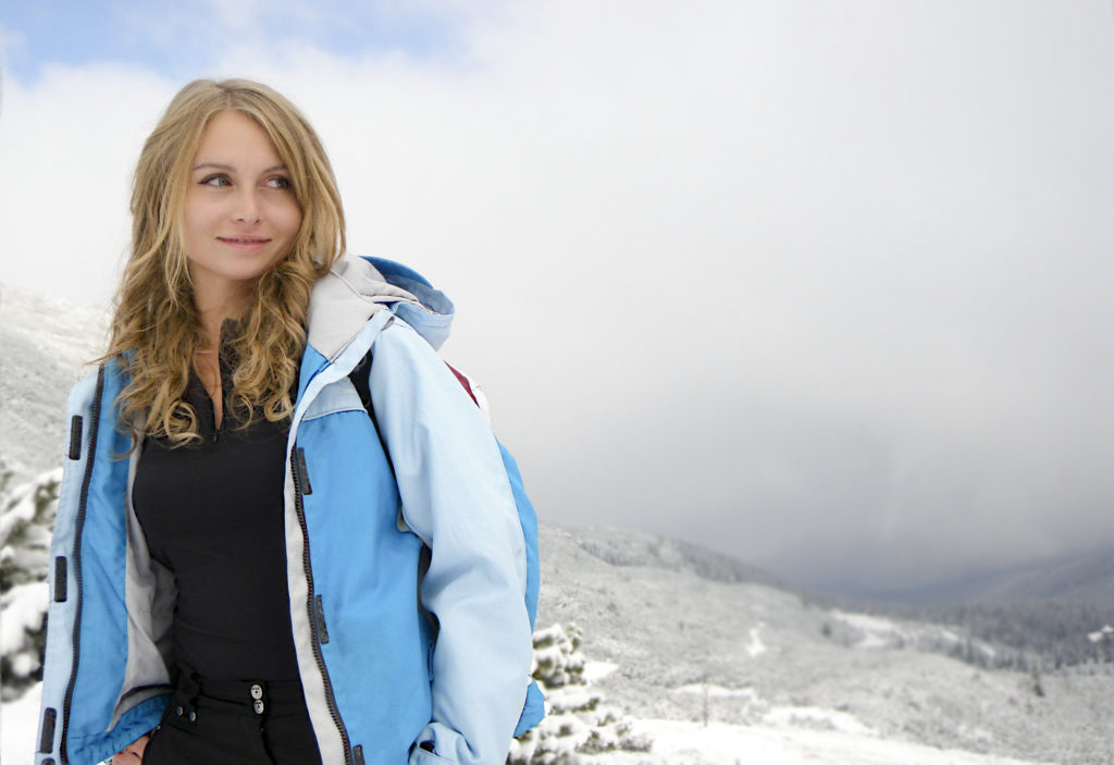 雪山と若い女性