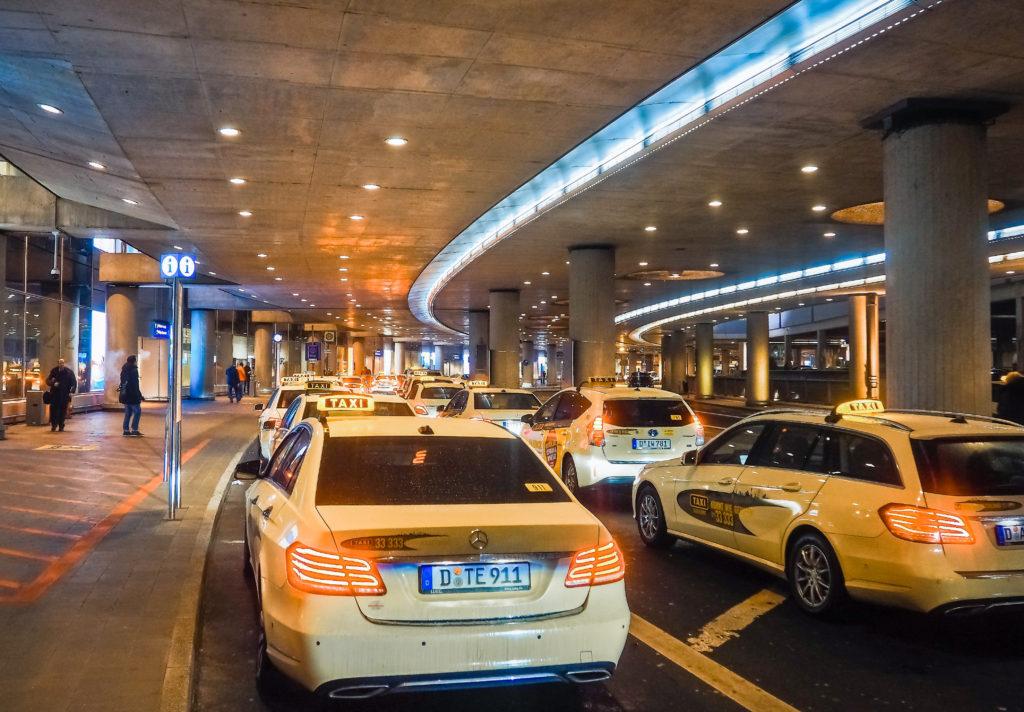 空港で待機しているタクシー