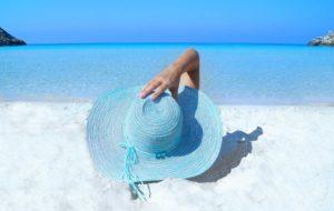 白い砂浜と女性