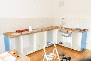 組み立て中のキッチン