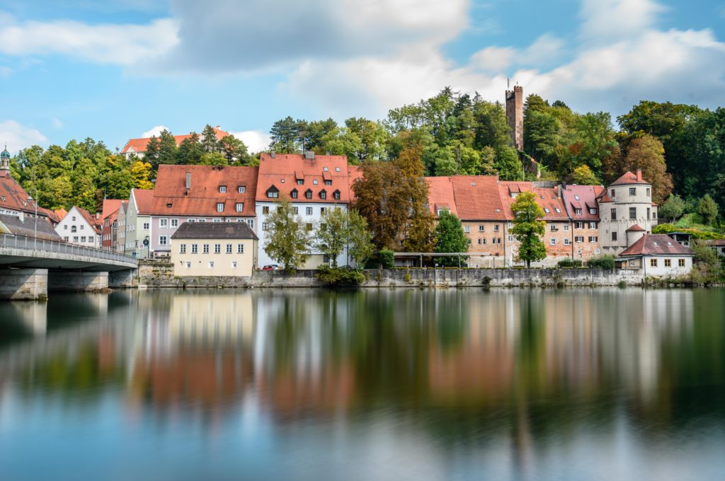レヒ河畔の家屋と紅葉